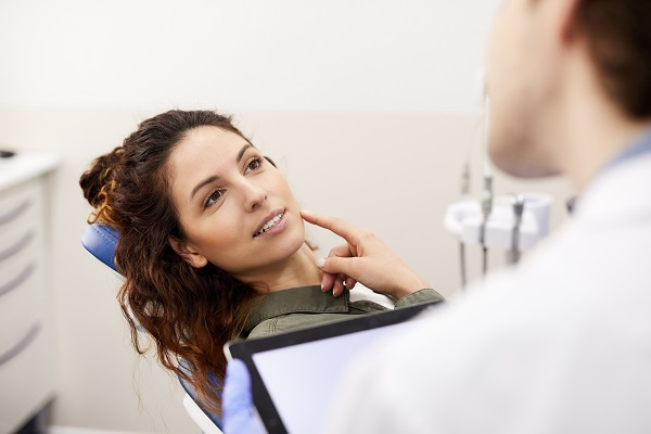 Signs That A Cracked Tooth May Be A Dental Emergency
